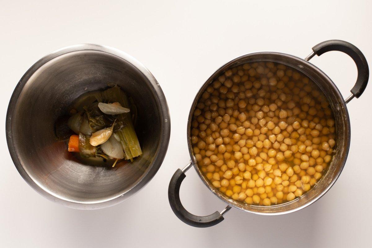 Retirar las verduras del caldo