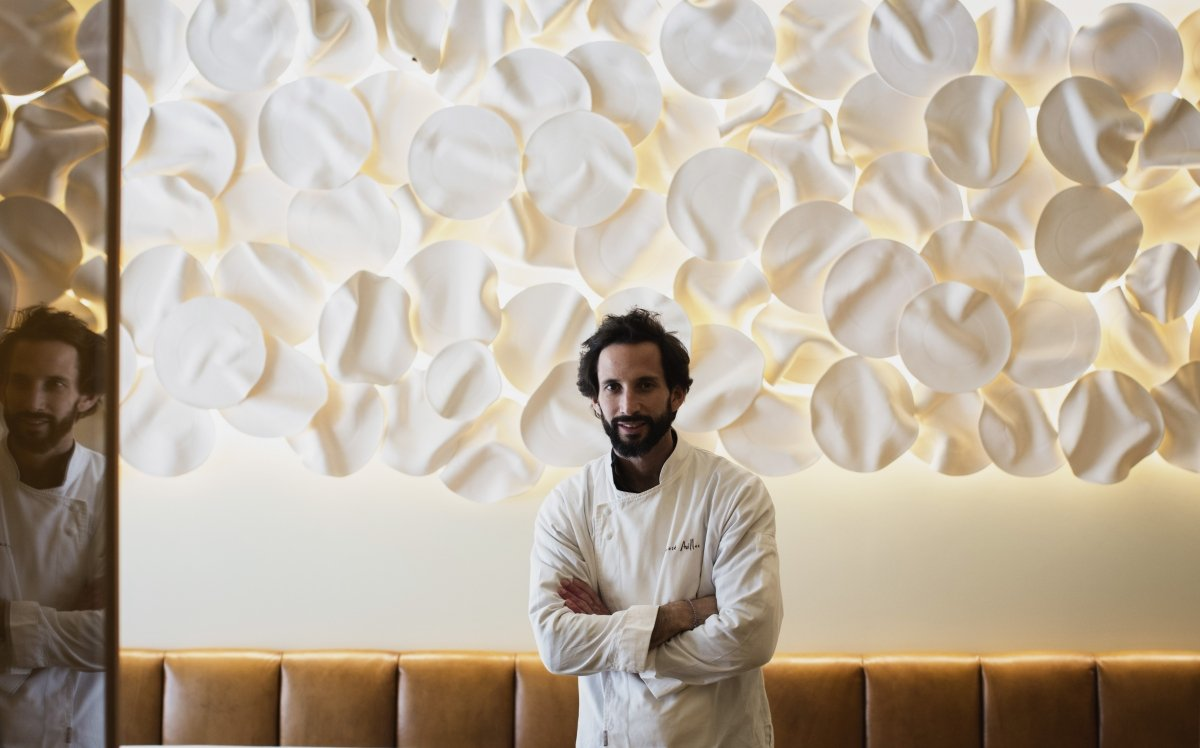 Retrato de José Avillez en su restaurante