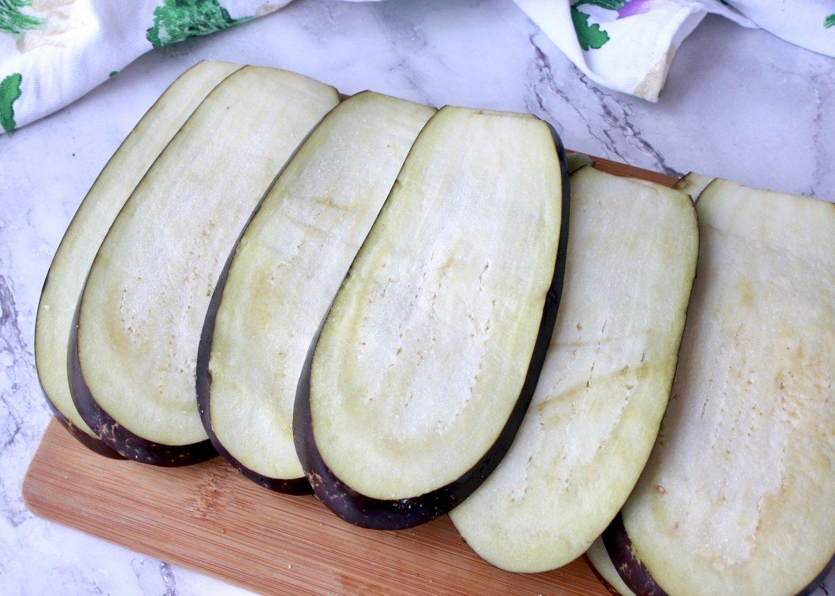 Rodajas de berenjena cortadas longitudinalmente y saladas