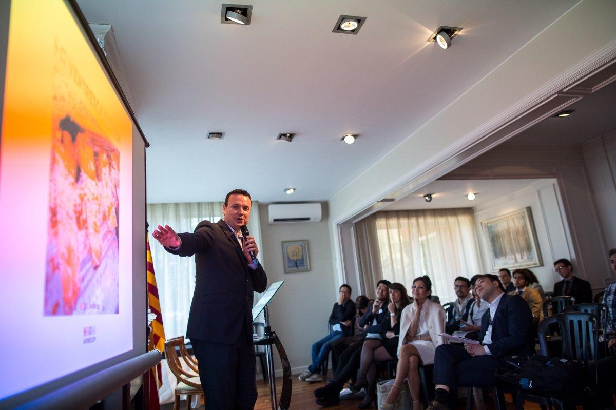 Roger Ortuño en una conferencia