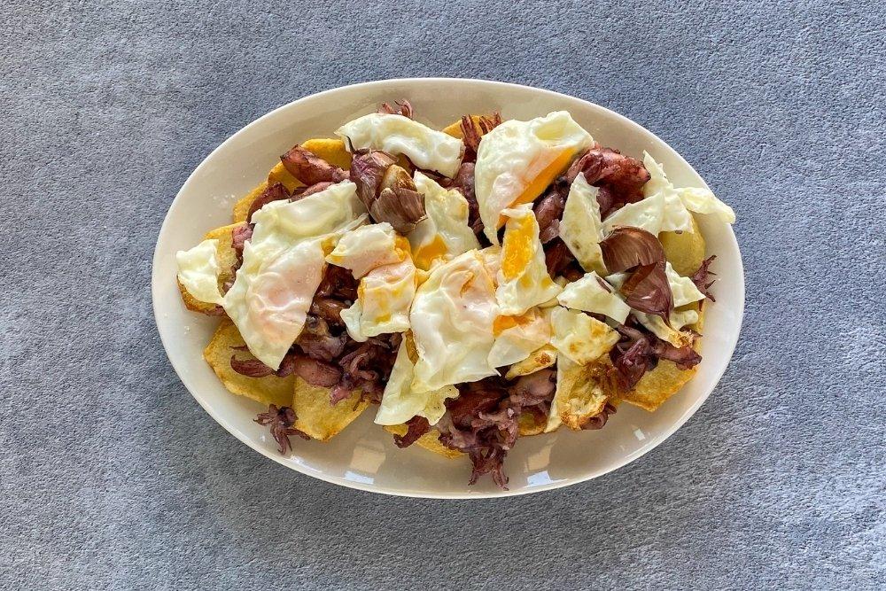 Romper los huevos con chipirones justo antes de degustar
