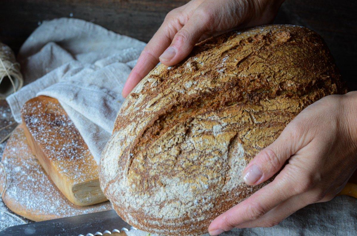 Sacando pan integral casero del horno