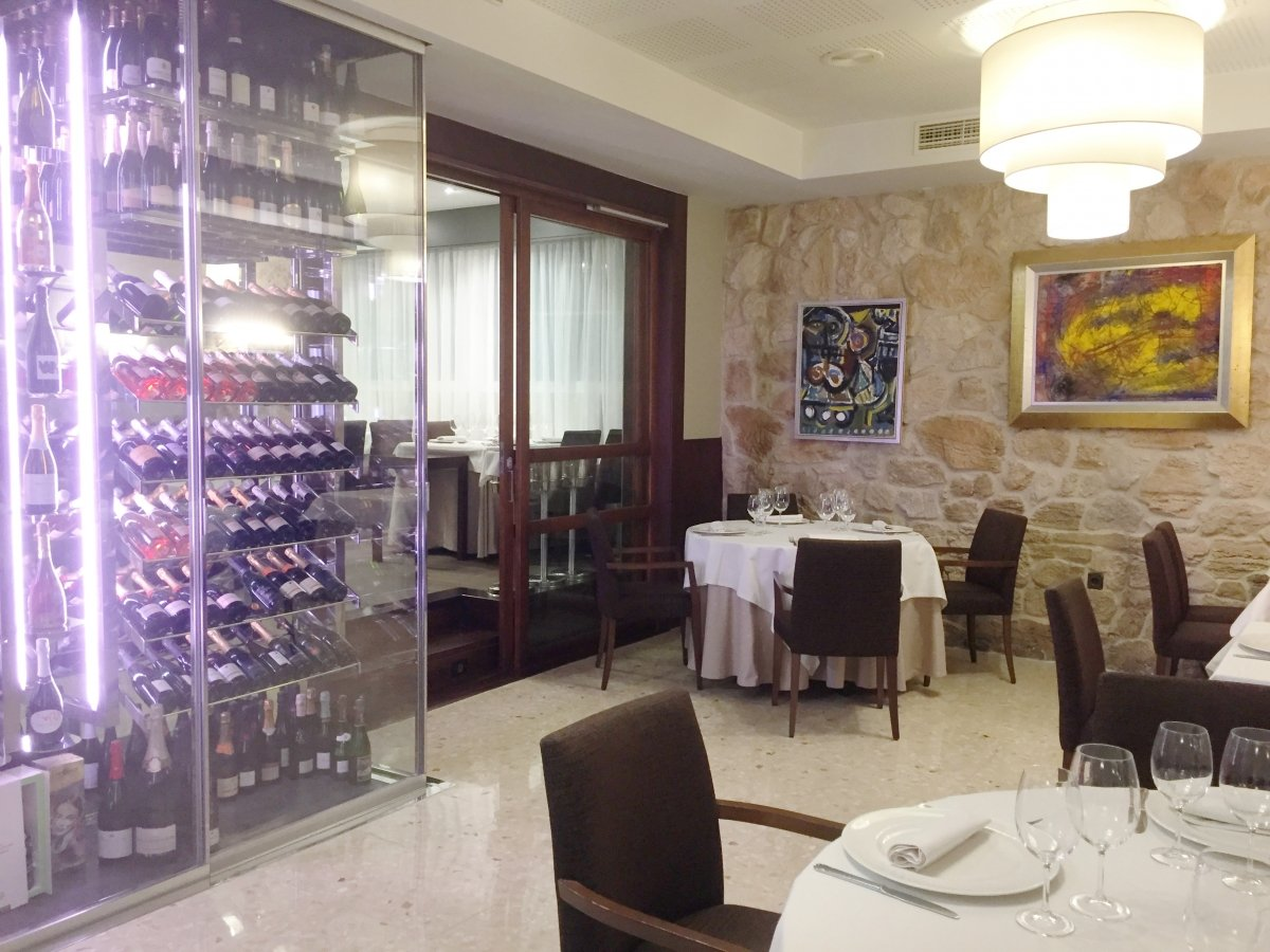 Sala del restaurante D'Berto con la bodega a la vista