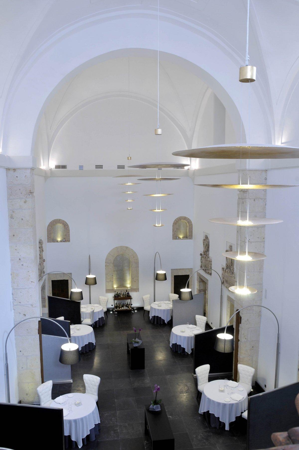 Sala del restaurante Villena en la antigua capilla