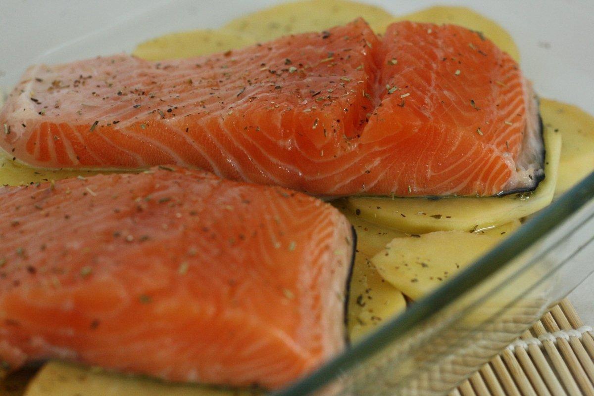 Salpimentar el salmón y las patatas