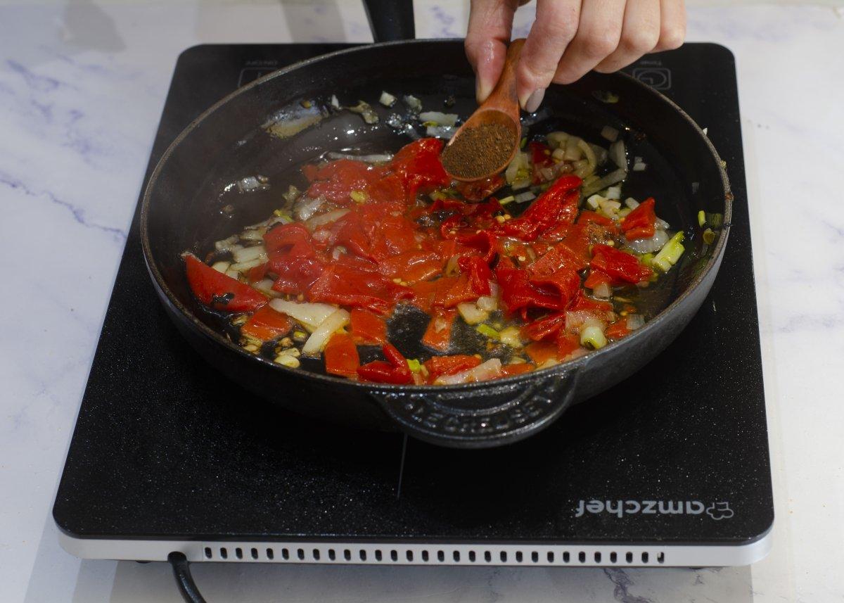 Salpimentar la salsa de pimientos del piquillo