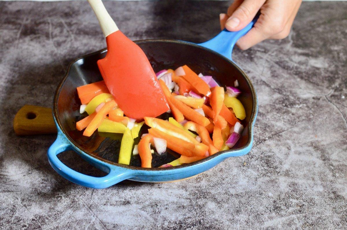 Salteando verduras para burritos