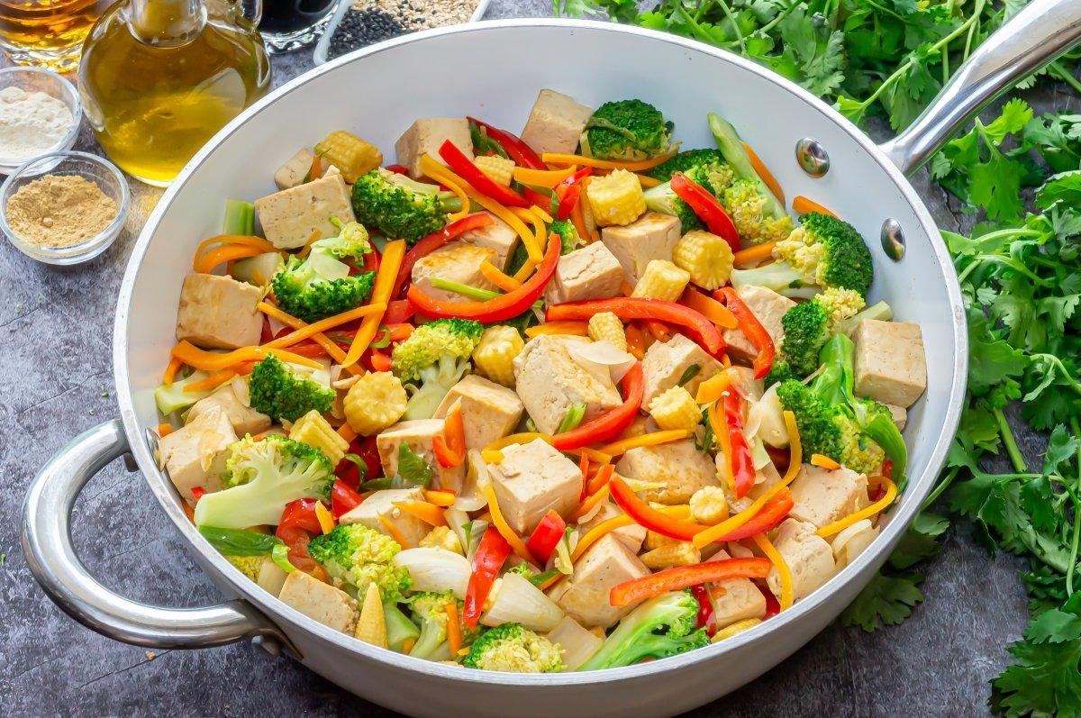Saltear el tofu con las verduras