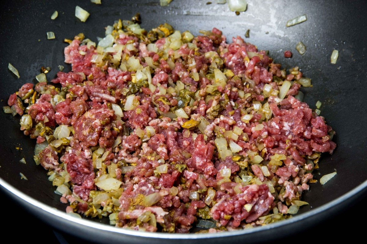 Saltear la carne para las cestitas de ternera con boletus