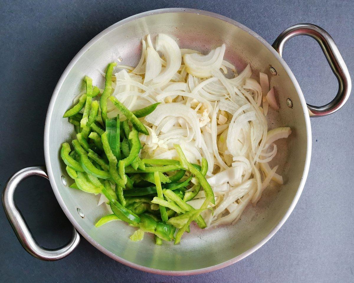 Saltear las cebollas y el pimiento en una sartén con aceite de oliva