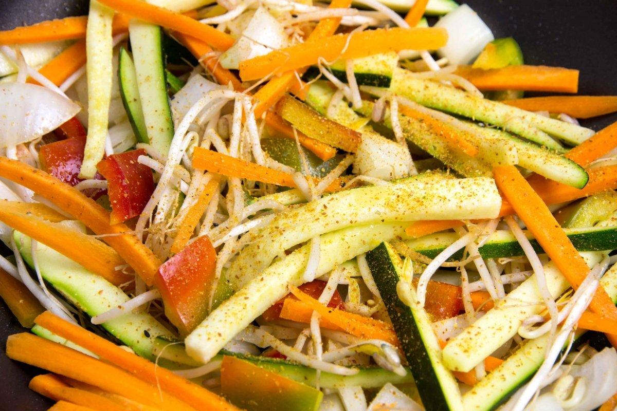 Saltear las verduras en el wok con las cinco especias chinas