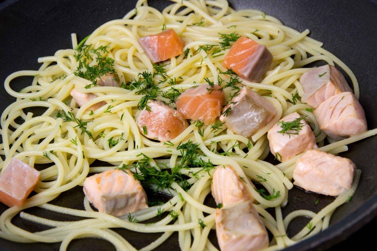 Saltear salmón con los espaguetis