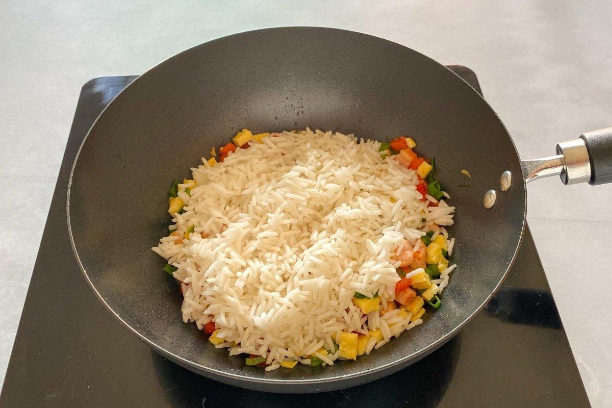 Saltear todos los ingredientes junto al arroz