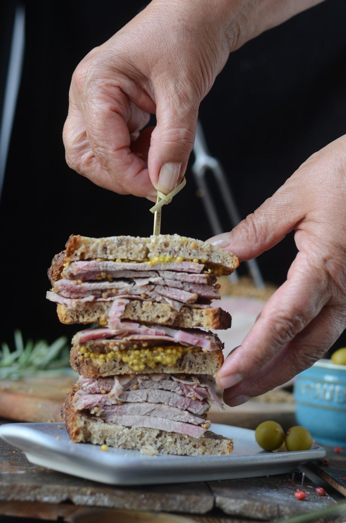 Sandwich de pastrami listo para degustar