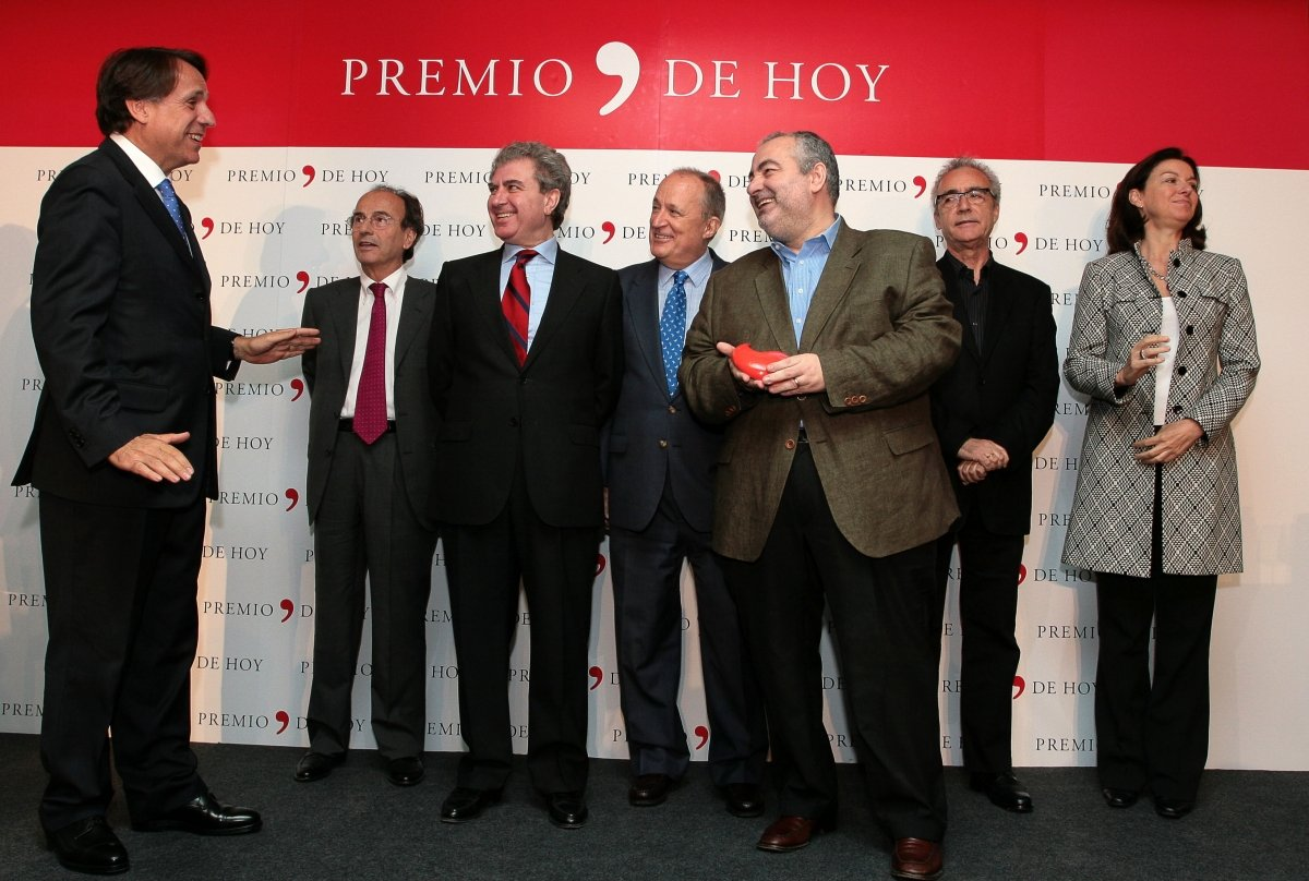 Santi Santamaria recibiendo un premio por su libro 'La cocina al desnudo'