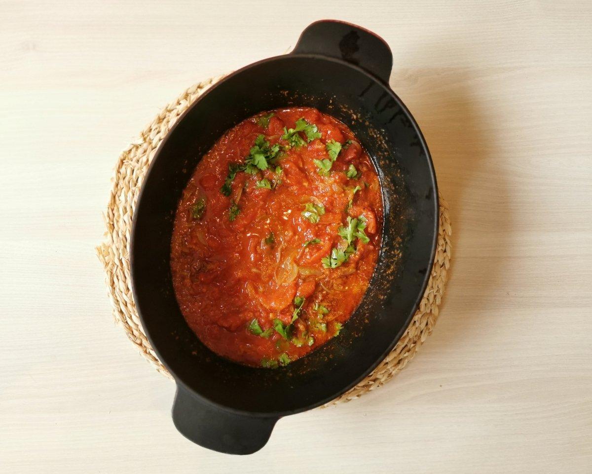 Se añade el tomate y el cilantro.