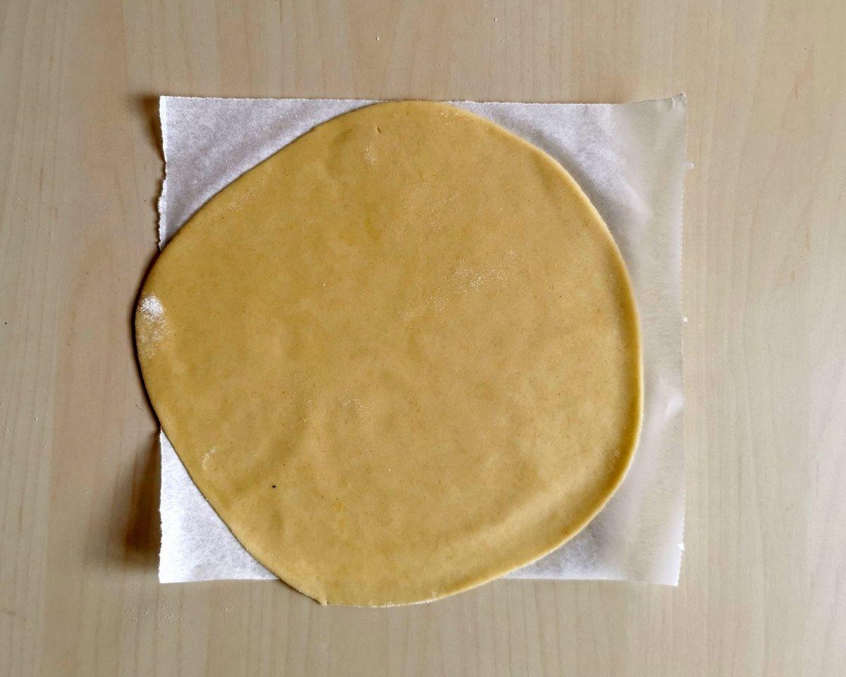 Se estira cada una de las bolas con un rodillo hasta conseguir una torta fina, elástica y suave.
