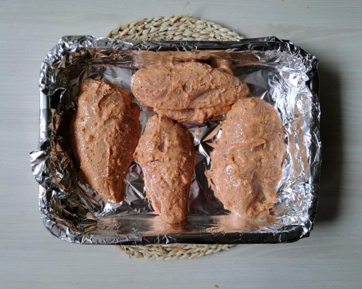 Se saca el pollo de la marinada y se pone en una fuente para el horno.
