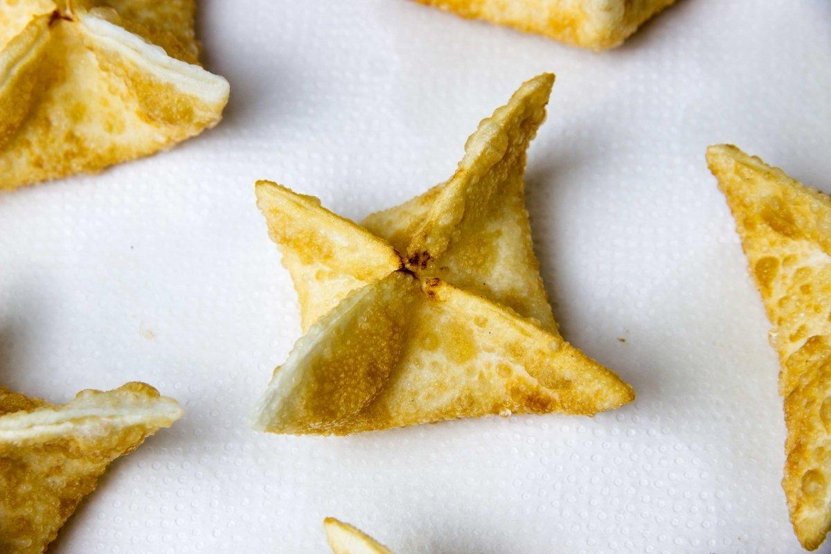 Secar aceite en papel del wonton de surimi y queso frito