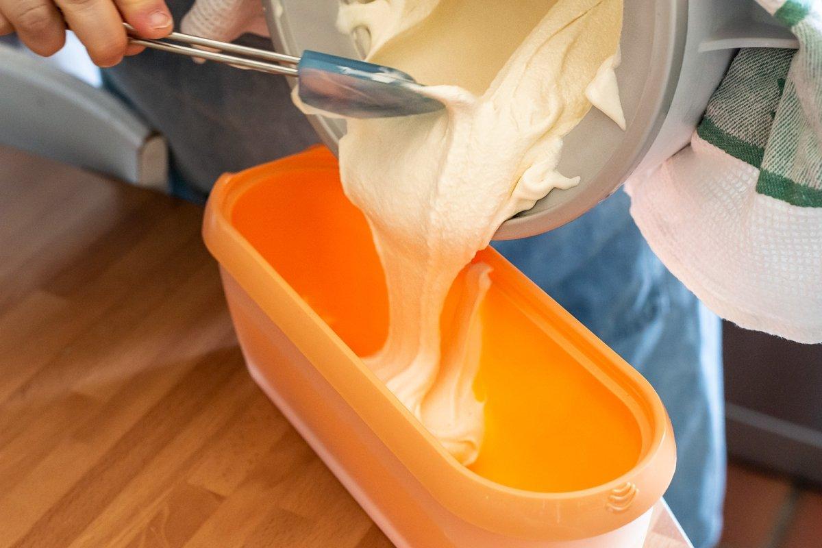Seguir congelando el helado en un recipiente hermético