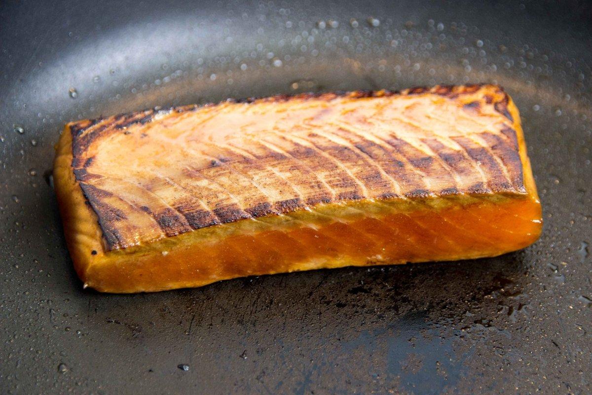 Sellamos el salmón en la sartén