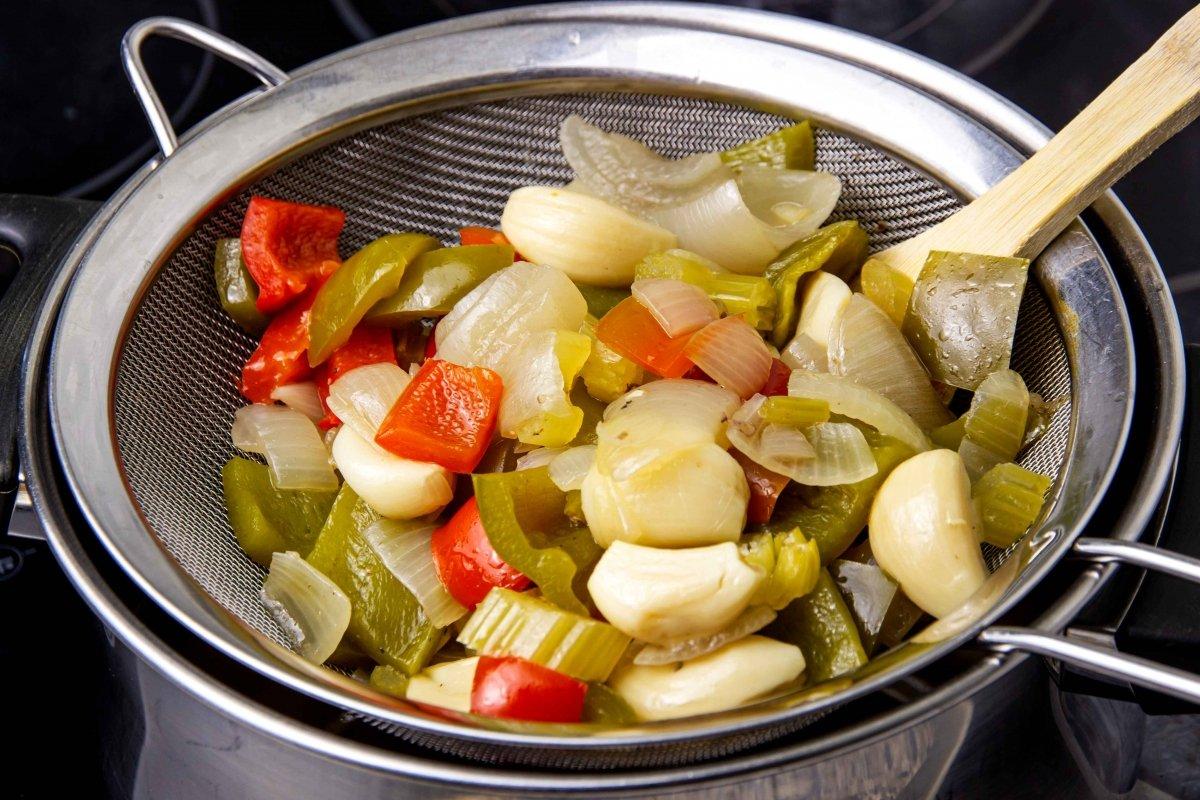Separar verduras del caldo para las boudin balls