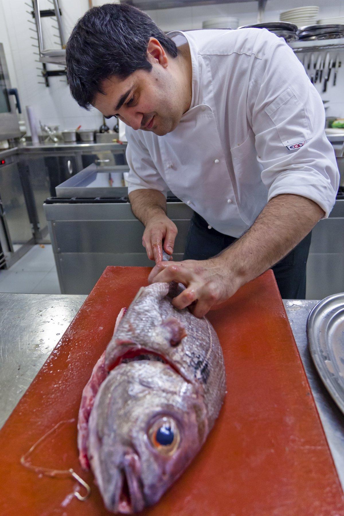 Sergio Ortiz de Zarate preparando un pescado en el restaurante Zarate