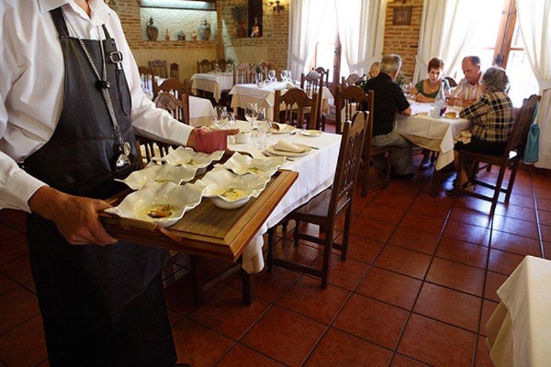Servicio en el comedor castellano de La Botica de Matapozuelos