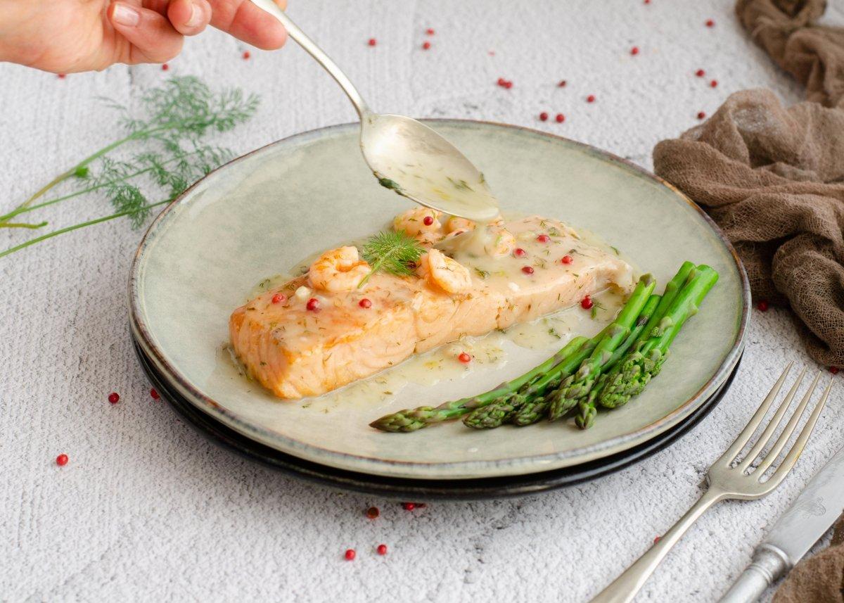 Servimos el salmón en salsa verde
