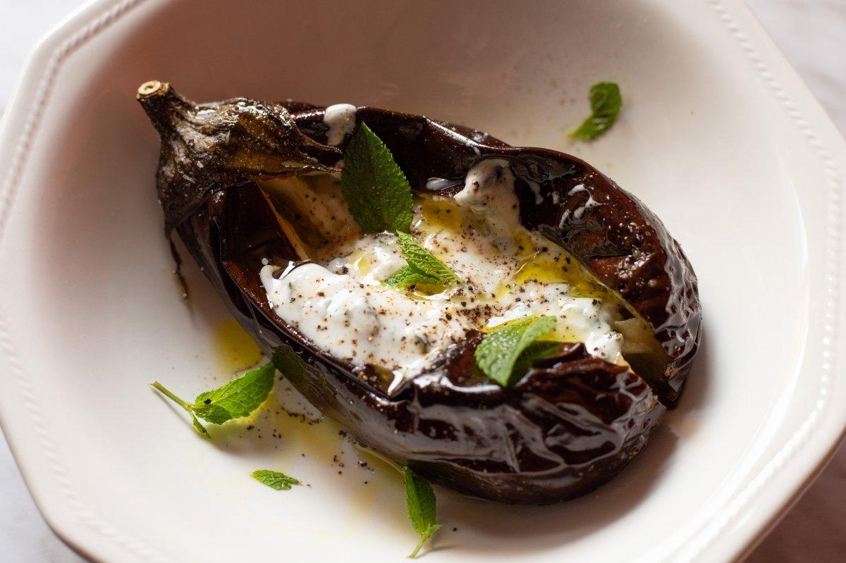 Servir con la salsa, aceite, pimienta y menta