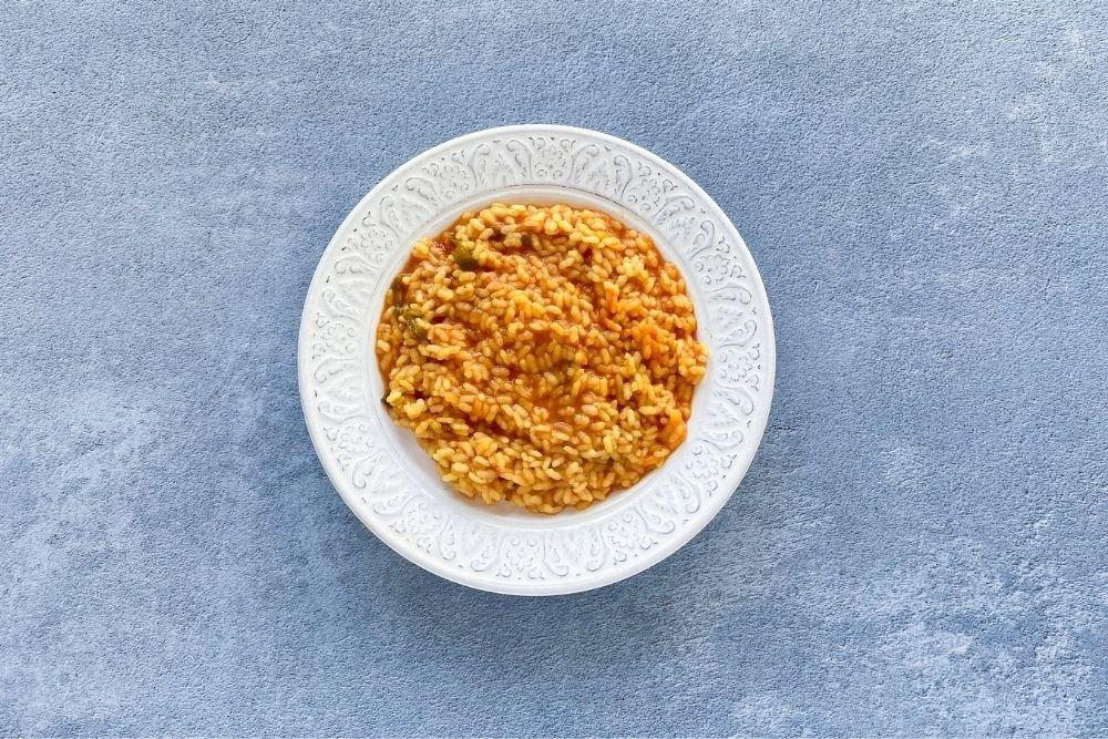 Servir el arroz recién hecho