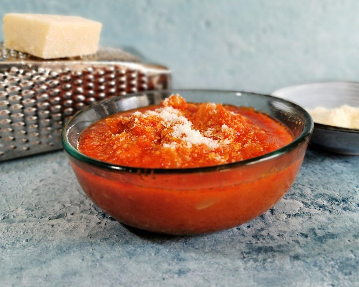Servir la salsa amatriciana con el queso rallado
