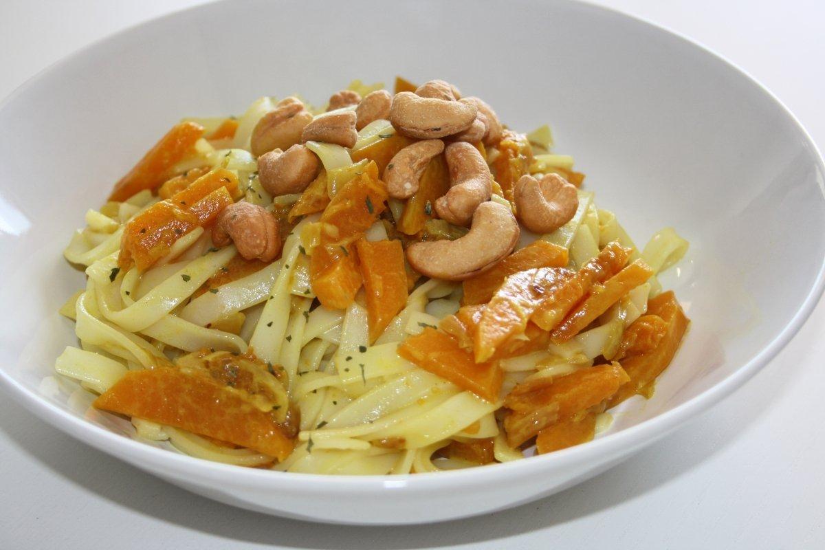 Servir noodles con calabaza al curry y anacardos