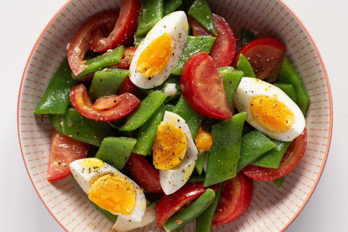 Servir y terminar con el resto de los huevos, aceite y pimienta