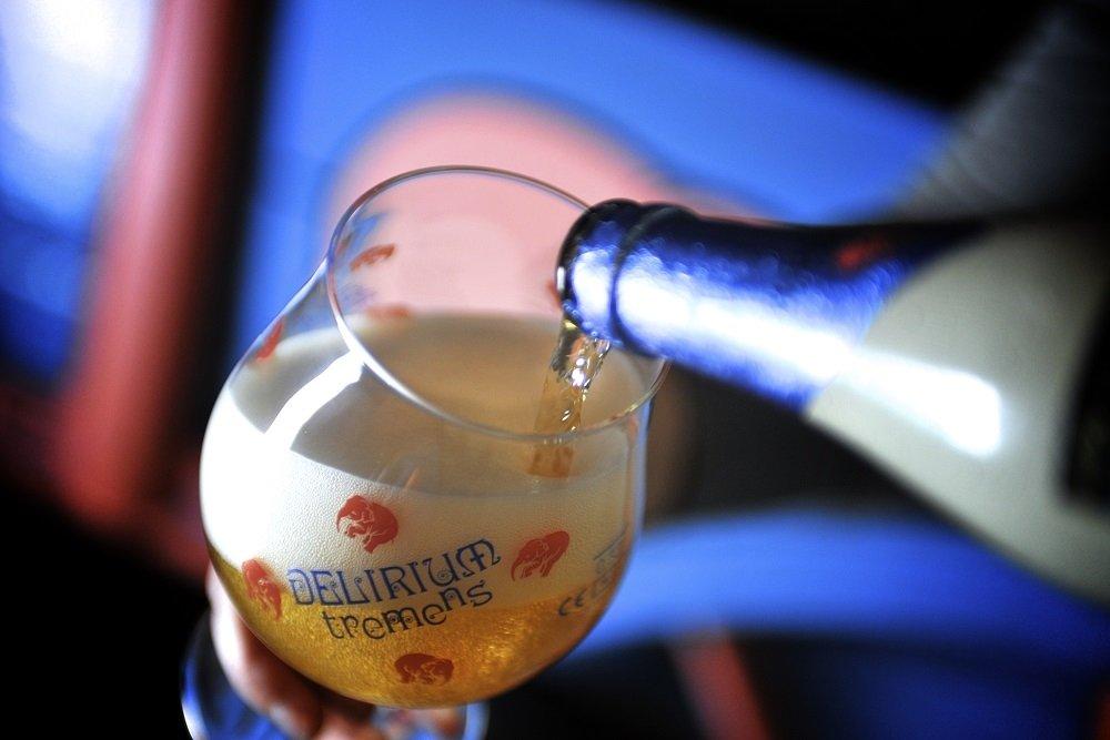 Sirviendo Delirium Tremens en una copa