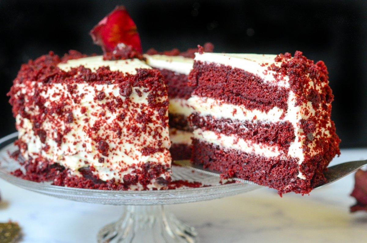 Sirviendo la tarta Red Velvet