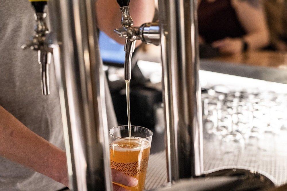Sirviéndose una cerveza en un vaso de Põhjala