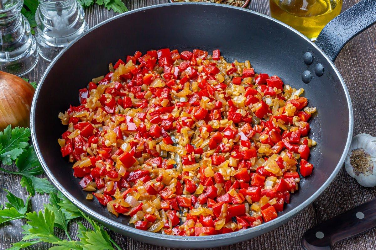 Sofreír la cebolla con el pimiento y el ajo