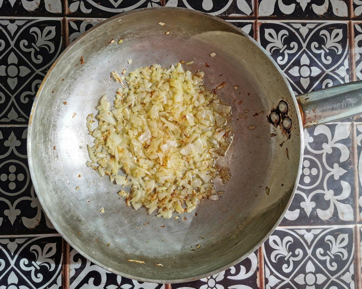 sofreír la cebolla en una sartén con un poco de aceite