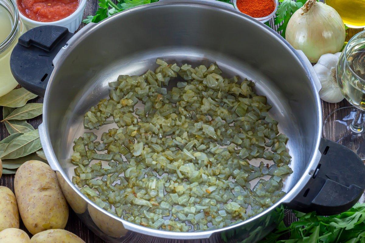 Sofreír la cebolla para las papas con choco