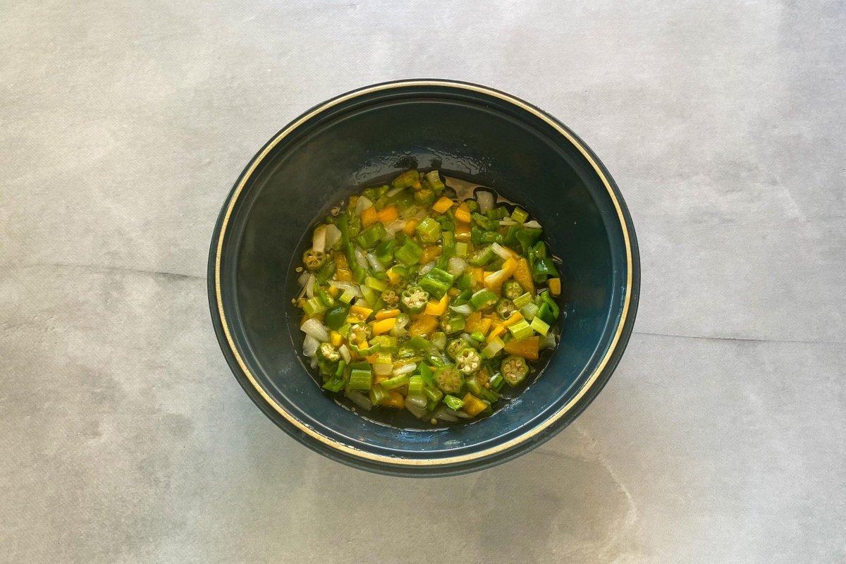 Sofreír las verduras y la okra