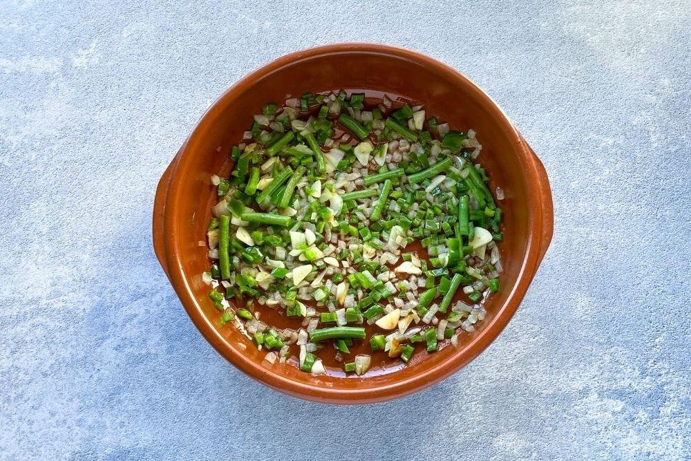 Sofrito de ajo, cebolla, pimiento verde y judías verdes