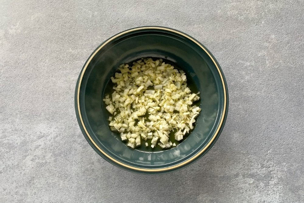 Sofrito de cebolla para elaborar patatas en salsa verde
