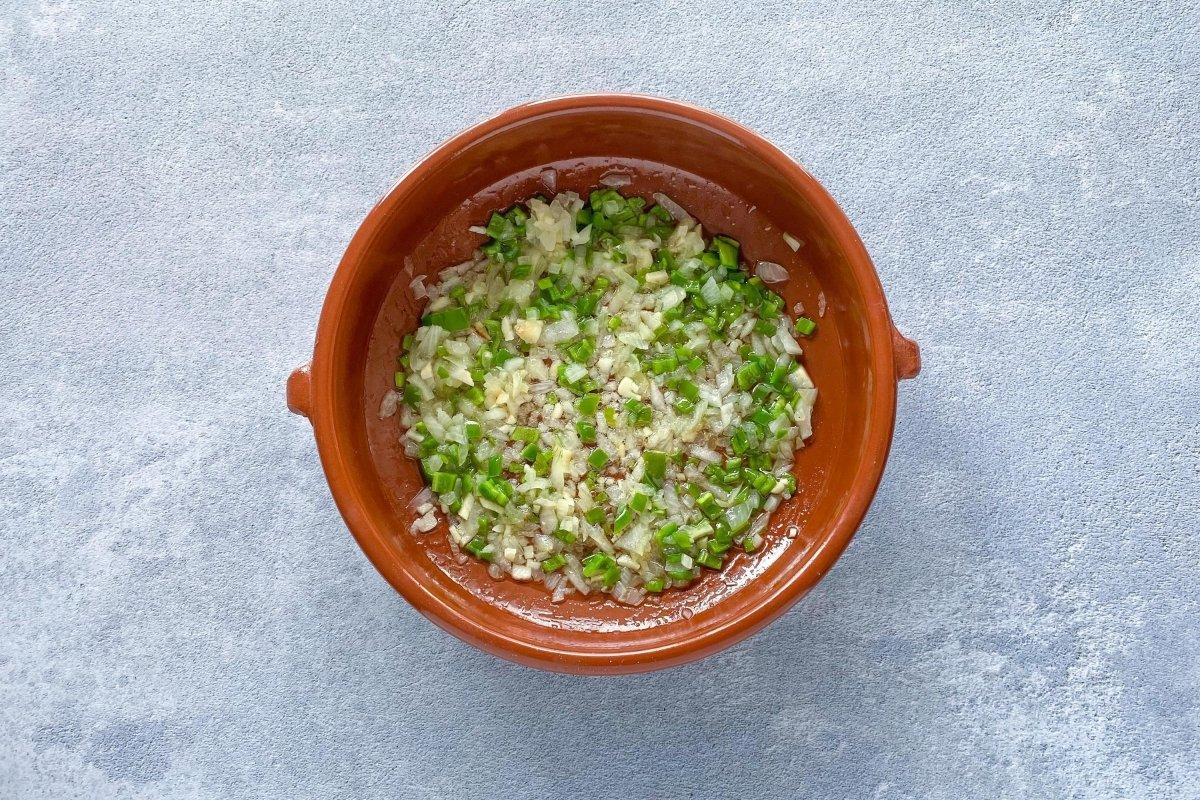 Sofrito de cebolla, pimiento verde y ajos