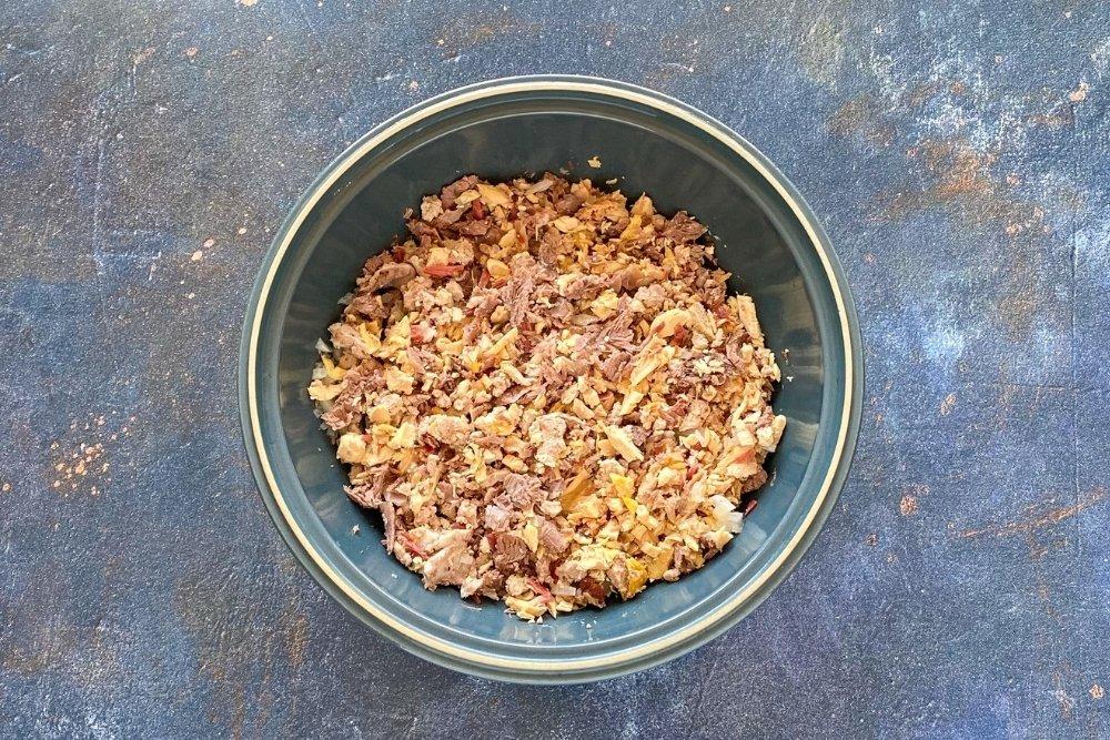 Sofrito de cebolla y carnes de puchero para elaborar croquetas