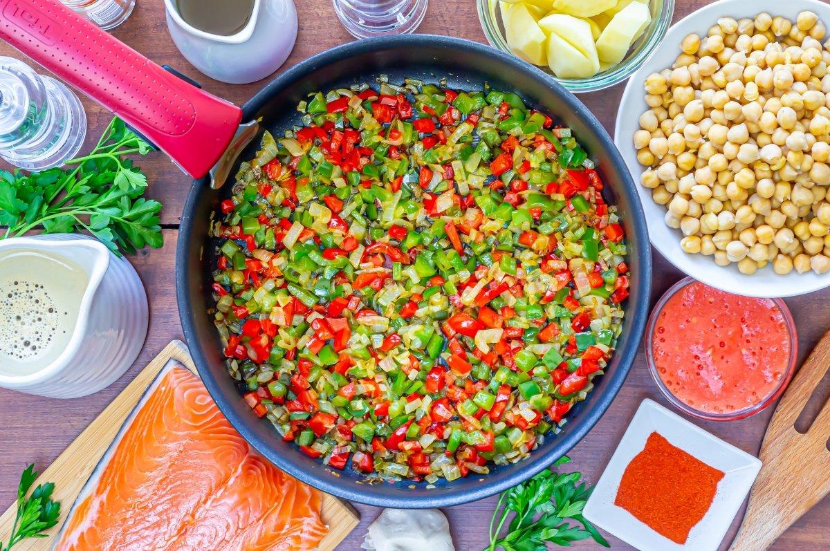 Sofrito de cebolla y pimiento para garbanzos con salmón
