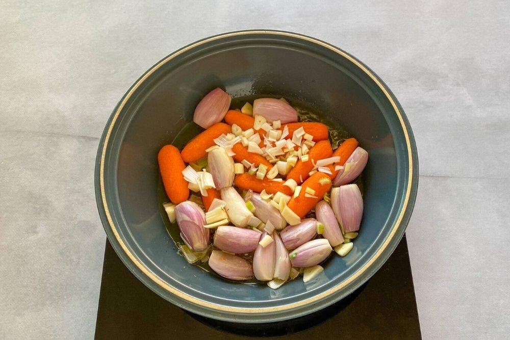 Sofrito de chalotas, ajo, puerro, zanahorias y apio