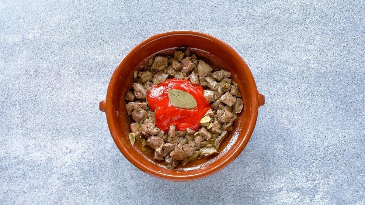 Sofrito de chanfaina con tomate triturado, pasta de ñora y laurel