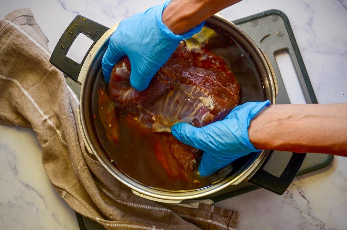 Sumergiendo carne en el salmuera