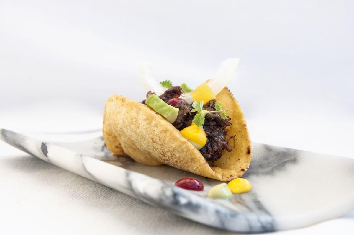 Taco de rabo con guacamole y salsa taquera del restaurante El Nuevo Molino